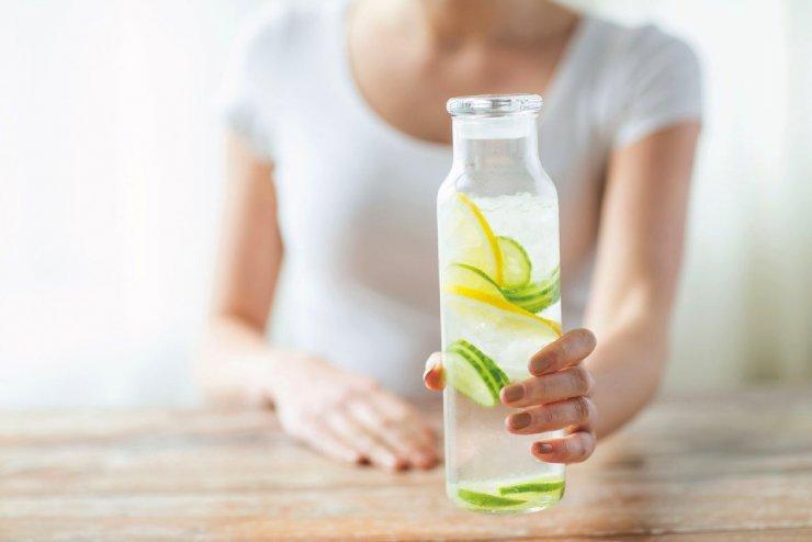 Son muchos los beneficios de beber agua de mar con limón